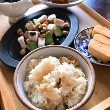 京都の湯葉専門店のレシピをおうちでもいかがですか?乾燥湯葉を水で戻さず、炊飯器にお米と出汁を一緒に入れていつもの要領でお米を炊けば完成。湯葉の炊き込みごはんだなんて、なんだかとっても贅沢で特別な気持ちになりますね。