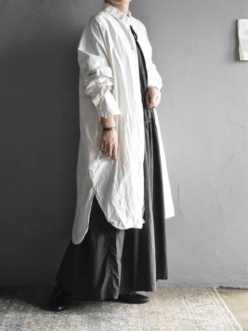 ゆったりシルエットのロングシャツは、羽織りとして大活躍間違いなしのアイテム。裾の丈感の違いやカーブデザインが、さりげなく洗練された印象を与えてくれます。黒のワンピースと合わせて、シックにモノトーンでまとめても◎
