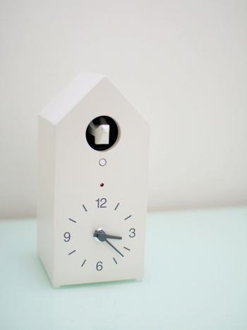 真っ白いお家型と鳩がかわいい鳩時計。掛置どちらも可能で、シンプルな白で統一されたデザインはとってもスタイリッシュ。刻を告げる音色は森林浴をしているかのような音色で、毎時間聞きたくなるほど癒されます。