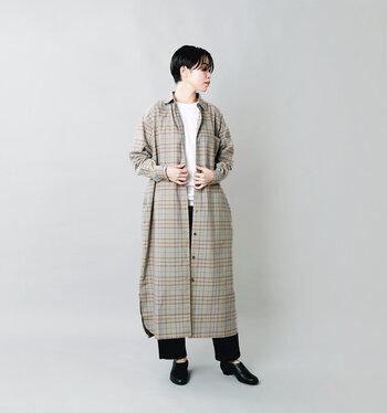 白T×黒パンツのシンプルアイテムも、チェック柄のシャツワンピースを羽織ればグッとおしゃれに。長袖シャツワンピースが主役になってくれるので、シンプルなアイテムの組み合わせもお出かけスタイルにパッと変身できちゃいます。