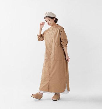 ベージュの長袖シャツワンピースに、白系のロングスカートを合わせたコーディネート。裾からチラ見えするスカートが、程よいアクセントになっています。袖をラフにぐっとたくしあげるだけで、暑苦しさを感じさせないワンピースコーデが完成♪