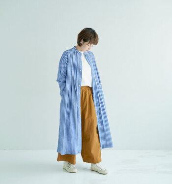 いつもの半袖コーデじゃ少し肌寒いかなと感じたら、シャツワンピースの前ボタンを開けて羽織りとして活用するのがおすすめ。ストライプのワンピースをサッと羽織れば、白トップス×ワイドパンツのベーシックな着こなしも簡単に今っぽくアップデートができますよ♪