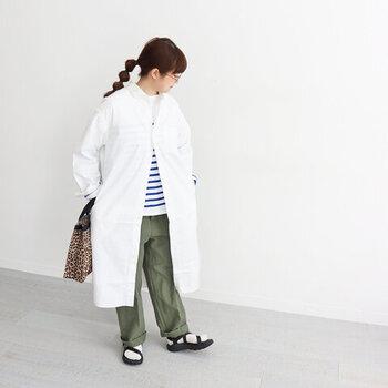 ボーダーのトップスにカーキのワイドパンツを合わせたメンズライクな着こなしに、白のシャツワンピースを羽織ったコーディネート。柄トップスにシンプルな白のワンピースが、程よく大人っぽさを演出してくれます。足元はサンダル×靴下で、こなれ感のあるカジュアルコーデに。