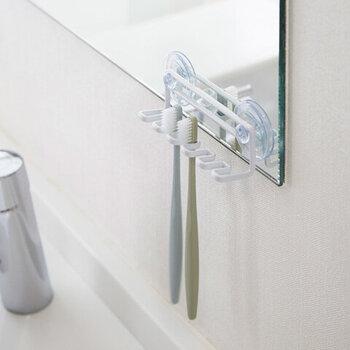 吸盤で鏡や壁にくっつけることで、歯ブラシを衛生的に収納できるホルダーです。水切れがよく、底に汚れが溜まらない収納なので、掃除も楽ちん。フックが5つついているので、歯ブラシだけでなくシェーバーや洗顔用のネットなどを一緒に引っかけておいても◎