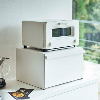 大容量のブレッドケースは、キッチンの細々したものを収納してスッキリ見せてくれる優秀アイテム。ケース状の耐荷重は約10kgもあるので、トースターなどの家電を上に乗せても大丈夫です。キッチンの収納を増やしたいという方にもおすすめの、シンプルでおしゃれなアイテムですね♪