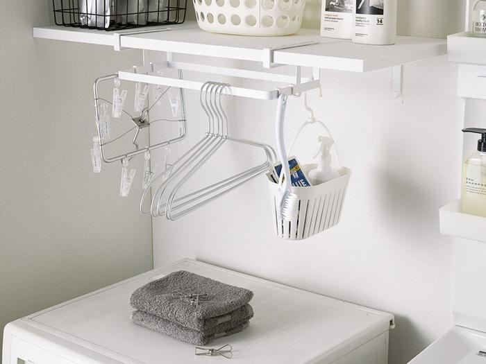 洗濯機の上に空いた隙間を、有効活用できるハンガー収納。棚板にスッと差し込むだけで、収納スペースを増設できちゃうんです。ハンガーやピンチハンガー、専用洗剤や洗濯ばさみなどなど、洗濯に必要なものは全てここにひとまとめ。小物用フックも、4つ付属しています。