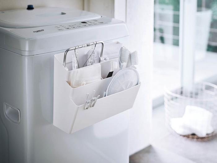 洗濯機の正面や、横にマグネットでくっつけて使用できる収納ポケットです。なにかと細々したものが散らかりがちな洗濯機周りを、スッキリと使いやすくしてくれる便利な収納アイテム。3段の大きめサイズなので、掃除用具などをまとめて収納しても◎