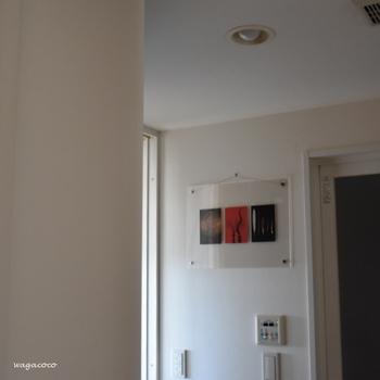 4種類のサイズ展開をする「アクリルピクチャーフレーム」。無印で大人気の透明のアクリル板をそのまま活用しているので、軽くて透明感があり、スタンドにするのはもちろん壁掛けにも向いています。どんなお部屋にも飾っても馴染むシンプルさ。