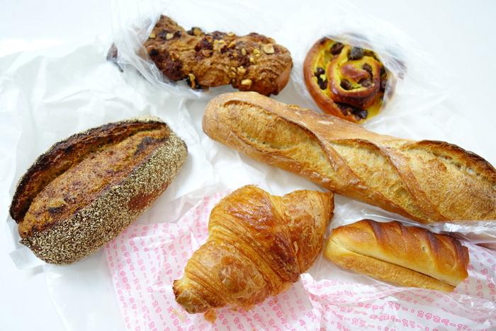 ハード系のパンもデニッシュ系のパンも種類が豊富でパン好きにはたまりませんね。地下にはカフェもあるので、おいしいパンと一緒にほっと一息つくのもおすすめですよ。