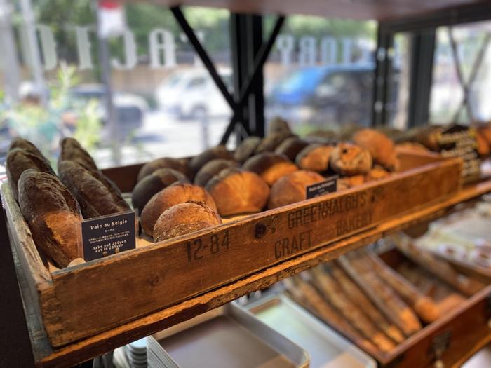 テイクアウトはもちろん、イートインスペースもありランチやディナーメニューも提供しています。都内のホテルやレストランなどにも提供しているパン。今では、地元の方や周辺で働く方々だけではなく、遠方からわざわざ訪れるお客さんも多くおられるようです。