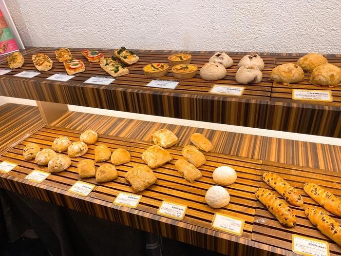 テイクアウトのパンの他、カフェスペースではモーニング、ランチ、スイーツやデリなど様々なメニューがお楽しみいただけます。どの時間帯に訪れても満足のいくメニューが用意されていますよ。