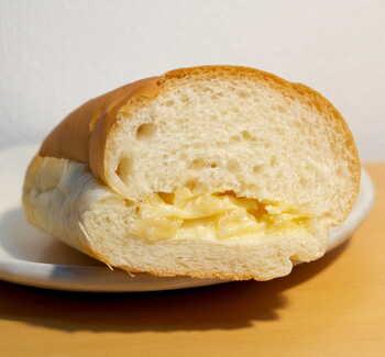 サラダパンの中にはマヨネーズで和えた刻んだたくあんが。シンプルでありながら、パンとたくあんという意外な組み合わせがクセになるおいしさです。