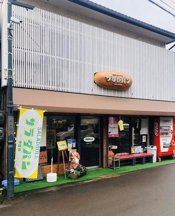 サラダパンが生まれたのは、長浜市木之本にある「つるやパン」。地元の人から愛される、1951年創業の老舗です。滋賀県らしく信楽焼きのたぬきがお出迎えしてくれます。