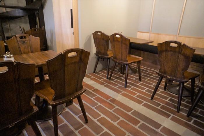 ■神田珈琲園 カリモクの椅子  こちらのカリモクの椅子は神田珈琲園のもの。お店がリニューアルする際に、使われなくなった分を引き取り、販売することになったそうです。現在は廃盤になっているシリーズとのことで、人気が高いのも頷けます。