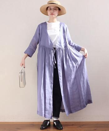 ワンピースをガウン風に着こなすのも、洗練された着こなし。肌寒い時期には羽織りとしても重宝します。インナーやパンツは定番色を選び、ワンピースは鮮やか色を選ぶなど、遊び心をきかせて。