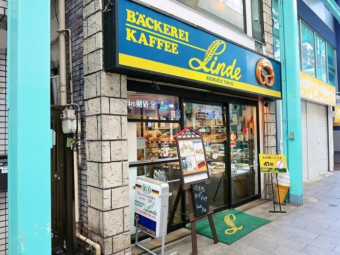吉祥寺で地元の方に愛されているパン屋さんが「リンデ」。ハード系のドイツパンを専門としているお店です。2階にはイートインスペースもあるので、コーヒーなどお好きなドリンクと一緒にドイツパンを楽しむことができますよ。