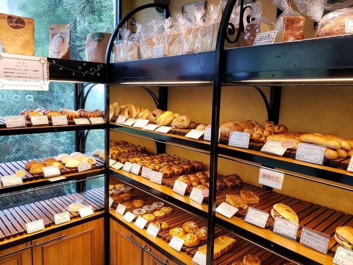 小さな店内にはいい香りが漂います。ハード系のパンや、デザート系、お惣菜系、キッシュなど、品揃えが実に豊富なのも魅力の一つです。外にはテラスがあるので、天気の良い日はピクニック気分でテラス席でパンを楽しんでもOK♪