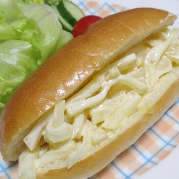 ホットドッグ用のパンにマヨネーズで和えたたくあんをサンド。このレシピではパンにからしバターを塗ったり、たくあんを太めに刻んだりして味にも食感にも少しアクセントを加えています。