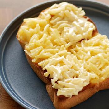 カリっと焼いたトーストに、たっぷりの刻みたくあんをのせて。 パンを焼く前にたくあんをのせて一緒に焼くと、マヨネーズの風味やたくあんの食感に変化が付いて、また違う味わいになります。