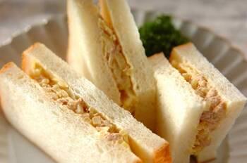 サンドウィッチの定番、ツナサンド。たくあんを加えればサラダパン風に!甘めのたくあんを使うのがおすすめです。