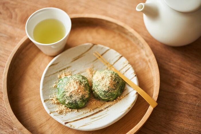 おやきと似ているレシピですが、この草餅の特徴は「ヨモギ」です。お子さんと一緒に散歩がてらよもぎ採りに行きませんか。道端に生えている野草を実際に料理し食べる経験は、日本の食文化を知るきっかけにもなり印象に残りますよ。