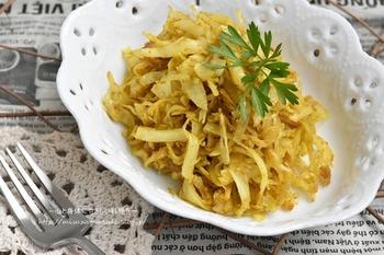 キャベツだけの炒め物は、おうちにある調味料をいかに使いこなすかがポイント。こちらは、カレー粉とオイスターソース、砂糖、塩で味付けします。もちろん素材はキャベツだけ♪あればパセリなどを飾っても良いでしょう。キャベツはじっくり炒めて甘みを引き出すのがコツです♪