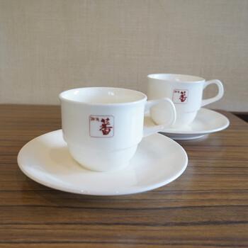 ■珈琲 蕃 ロゴ入りカップ&ソーサー  スタッキングできるロゴマーク入りのカップは、銀座の喫茶店「珈琲 蕃」さんで使われていたカップ&ソーサーです。未使用のまま保管されていたもので状態もよく、使いやすい一品です。  こうしたロゴ入りのカップやプレートがあると、お家のティータイムがまるで本物の喫茶店で過ごす時間のように演出できそうです。