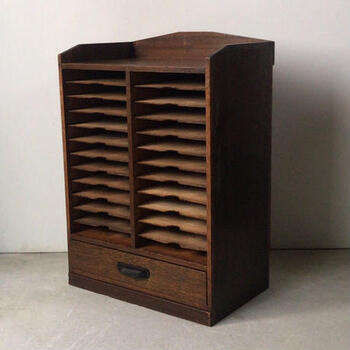 ■アンティーク カルテ棚24段 + 引き出し1杯  こちらは戦前に使われていたカルテ棚です。何気ない書類も、この棚の中に納まったら、大事に扱いたくなりますね。