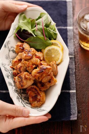 ご飯によく合う濃厚な味噌味のチキンは、メインメニューにぴったり。一口大に切った鶏肉に味噌だれを揉み込み、フライパンで焼くだけのお手軽さが魅力です。フライパン用ホイルシートを使うと、焦げ付く心配がないのでおすすめ!