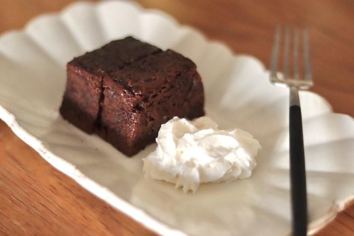 レンジで10~20秒温めるとやわらかくなり、冷蔵庫で冷やすとより一層ずっしりとした食感を楽しめます。生クリームやアイスクリームを添えて食べれば、おうちでカフェ気分を味わえそうですね♪
