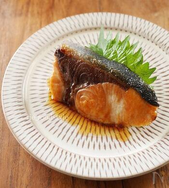 ほっとする和食の定番おかず。ぶりを焼いて調味料を加え、とろみが付くまで煮詰めたら完成です。表面の照りが食欲をそそり、思わずご飯をおかわりしたくなりそう♪