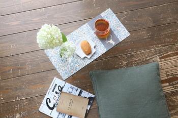 100均の木板と角材を使って作るサイドテーブル。木材をそのまま使わずにペーパーナプキンでデコパージュしておしゃれに仕上げます。床でくつろぐときにちょうどいいサイズで使いやすい◎