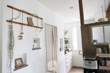 のばして壁に設置すれば、壁面収納に。グリーンを飾ったり、小物や写真を吊るして飾ったり、お部屋のアクセントになってくれそうです。