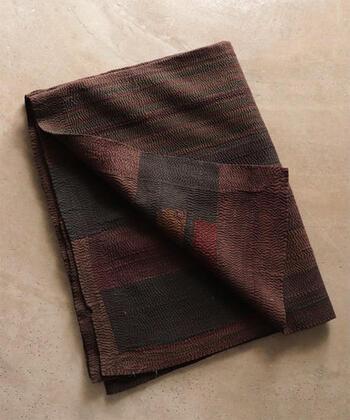 ■LIGHT YEARS OVER DYE 03 - no.565  こちらはインドで買い付けられたヴィンテージキルト。全面に施されているステッチは、手縫いによるもので、細かな手仕事の良さを体感することができます。布地自体の擦れ感は、ヴィンテージのものだけが出せる独特の風合いの良さがありますよね。ソファやベッドにさらりとかければ、お部屋の雰囲気の模様替えが一気に進みそうです。
