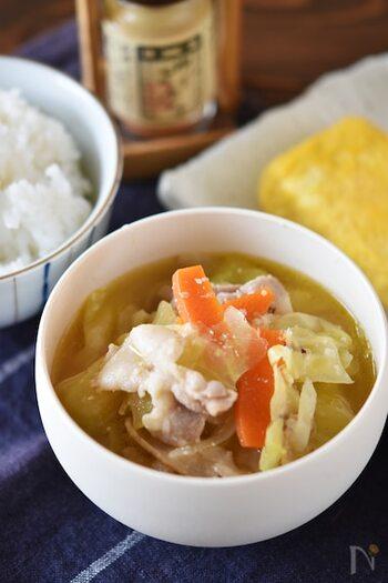 キャベツの甘みを楽しめる豚汁。野菜と豚バラを炒め、水と調味料を加えて煮たら完成です。焼き魚が主菜の献立でボリュームが足りないかも……そんな心配がある時にも豚汁はピッタリですよ。