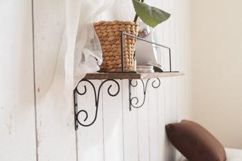 壁に取り付けるアイアン棚は、全部セリアのアイテム。木材をペイントしたら、アイアンブランケット・バーを固定していくだけで意外と簡単!くるんとなったクラシカルなブラケットの形が壁をおしゃれに演出してくれます。