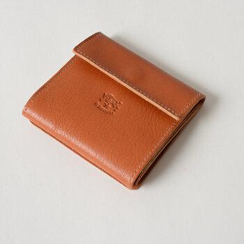 バッファローの刻印が特徴のIL BISONTE。こちらの二つ折り財布は、アンティークな雰囲気とスマートさが両立したシンプルながら心惹かれるデザイン。レザーの程よいデコボコ加減=シボ感がナチュラルで素敵です。