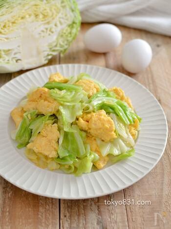 黄緑と黄色のコントラストがとってもキレイな一品です。メインはキャベツと卵だけで、あとは調味料があればOK。ニンニクやごま油の効いた中華味で、ご飯のおかずにぴったりです。これだけでも食べ応えがあるのでメインにしても◎出来立てがやっぱり一番おいしいです。