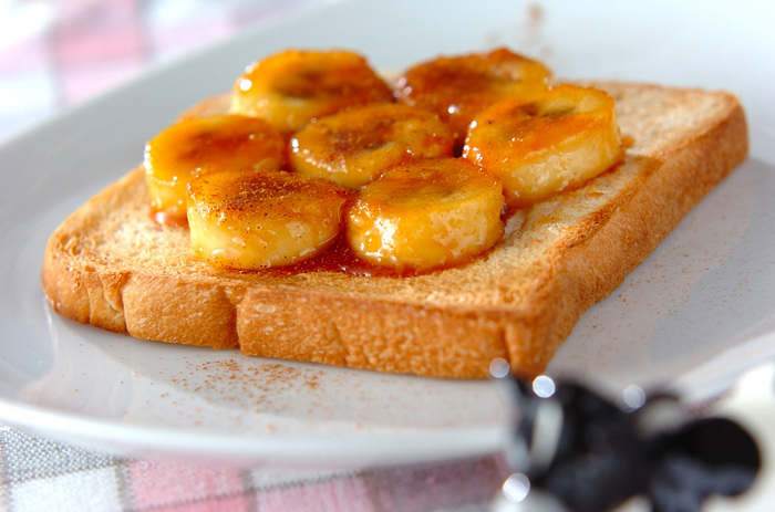 黄金色に輝くバナナが美味しそうなデザートトースト。砂糖と水で作ったキャラメルをバナナと絡めて、食パンにのせるだけ。熱を通したバナナは甘さが増して、とろっと美味しさもアップ!キャラメルの香ばしさとバナナの甘みはクセになりそうです。