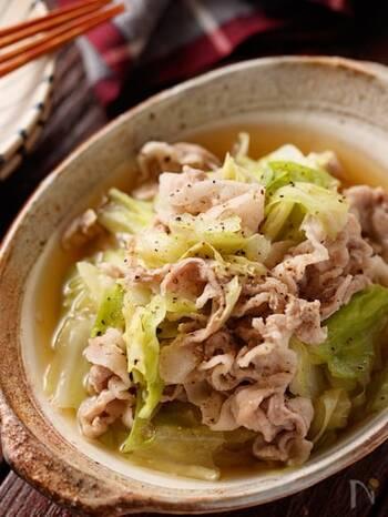 こちらのレシピは、なんと包丁なしでできちゃいます。豚バラ肉は薄切りを買ってそのまま、キャベツはちぎって使いましょう。春キャベツのレシピですが、旬の季節じゃないときには普通のキャベツでOK。まずお鍋にスープを作り、具材を入れて煮るだけです。仕上げにあらびき黒コショウでアクセントを付けましょう♪