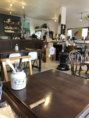 御船山楽園の周辺にあるカフェ「Café de Montée」は、フランス家庭料理が味わえると人気のお店。店内は木を基調としたインテリアが並び、居心地のいい空気が流れています。
