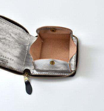 がばっと大きく開く小銭入れは、小銭を出し入れしやすく便利。また、ジッパー式でしっかり閉まるので、財布の中身がバッグの中にこぼれる…なんてこともありません。