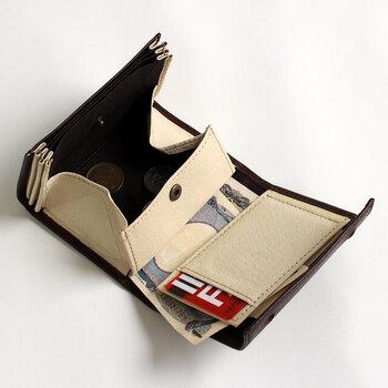 お札、小銭、カードが一度にすべて見えるのがとっても画期的です。コンパクトながら程よい厚みがあるので、二つ折り財布で心配な収納力もしっかりあります。お札が触れて汚れやすい部分には濃色の綿を貼ってあるなど、細やかな心遣いもうれしい。