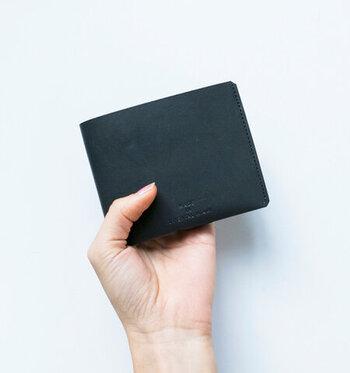 薄くて小さくて軽い、そんなミニマリスト向けのお財布。余計な装飾を排したごくシンプルな見た目が潔いですね。
