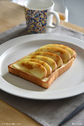 本物のアップルパイはりんごを煮込んで作りますが、こちらは生のものを切って使うので簡単!食パンにスライスしたりんご、バターとシナモンを振って焼いたら完成です。手軽にアップルパイ味のトーストを楽しめます♪