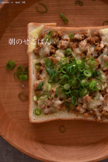 冷凍で常備している肉味噌を使ったトースト。甘辛い肉味噌をたっぷりのせて、チーズをかけてトースターへ。刻みねぎをのせたらできあがり。ボリュームがあるので、これ一枚でスタミナがつきそうです。