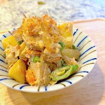 こちらも里芋で作るポテトサラダレシピ。レンジで里芋を加熱すれば、後は混ぜるだけで仕上がります。お醤油を入れる事で、グッと和風テイストに♪ジャガイモ+里芋でも美味しく作れますよ。