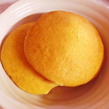 甘食(あましょく)は、明治から食べられていた洋風おやつ。ゆるめの生地をオーブンで焼きあげて作りますよ。ケーキのスポンジ部分とビスケットを合わせた大きめのソフトクッキーのような食感。昔懐かしい焼き菓子の味わいが楽しめます。