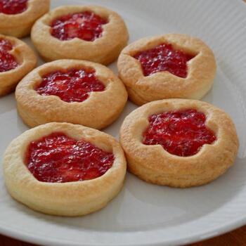 ロシアンケーキを少しアレンジした、いちごジャム入りクッキー。本場のレシピでは生地を絞り円を描いた中にジャムを入れるのですが、こちらは型抜きクッキーを応用したレシピになっています。まだ手先を器用に使えない子供でも楽しく作ることが出来ますよ。好きなフルーツで自家製ジャムを作って乗せるのもおすすめ。