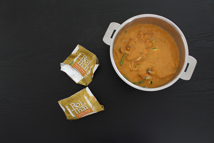 鍋にスープと肉・野菜・ナッツ類を入れて煮込んだらできあがり。具材は炒めてから煮込むとより美味しくなるんだそう。おうちで手軽に本場の味を堪能できますよ!